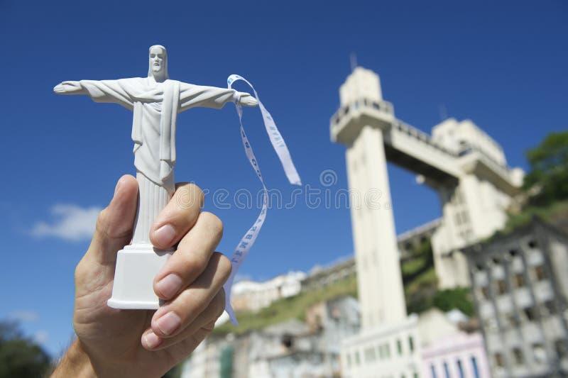 Hand, die Christus-Andenken bei Salvador Brazil Lacerda Elevator hält lizenzfreie stockbilder