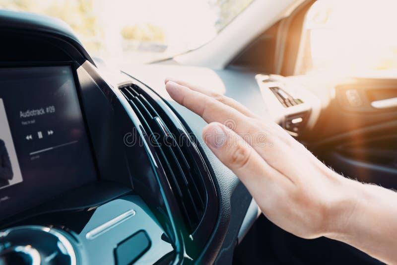 Hand die de airconditioner in de auto controleren stock foto's