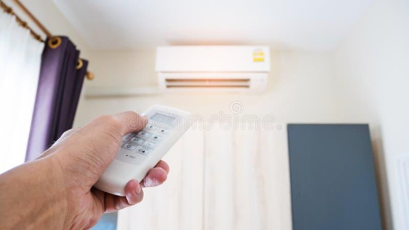Hand die de airconditionerafstandsbediening houden royalty-vrije stock afbeeldingen