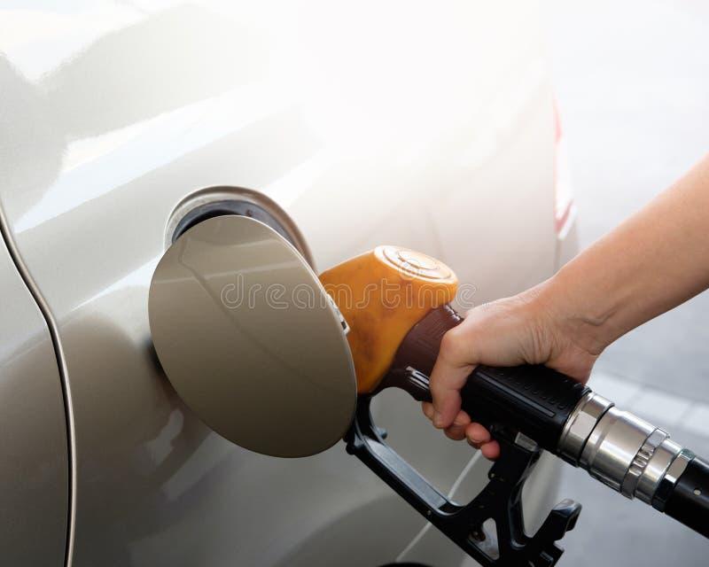 Hand die de auto met brandstof opnieuw vult royalty-vrije stock foto