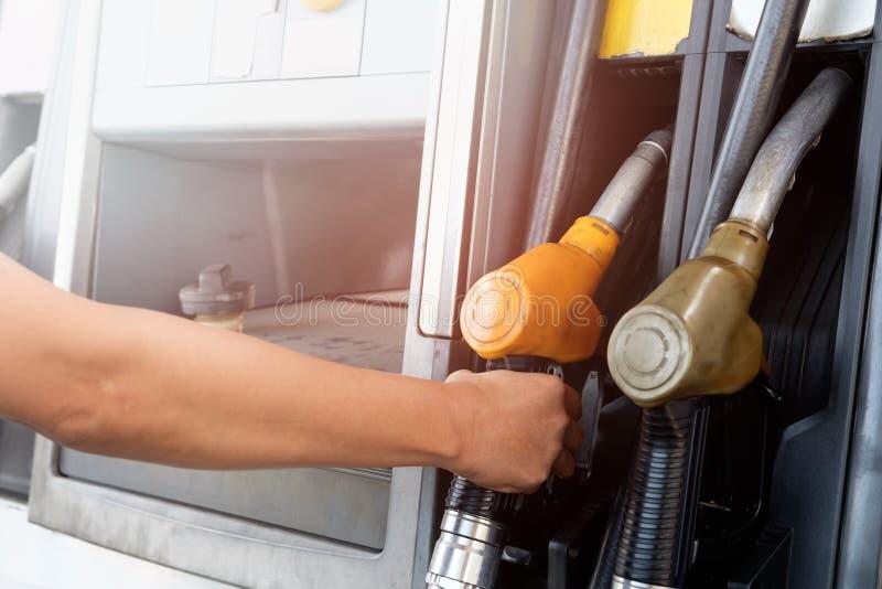 Hand die de auto met brandstof opnieuw vult royalty-vrije stock fotografie