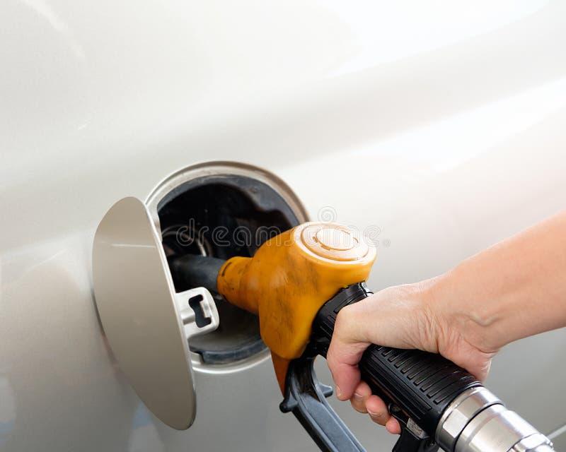 Hand die de auto met brandstof opnieuw vult stock foto's