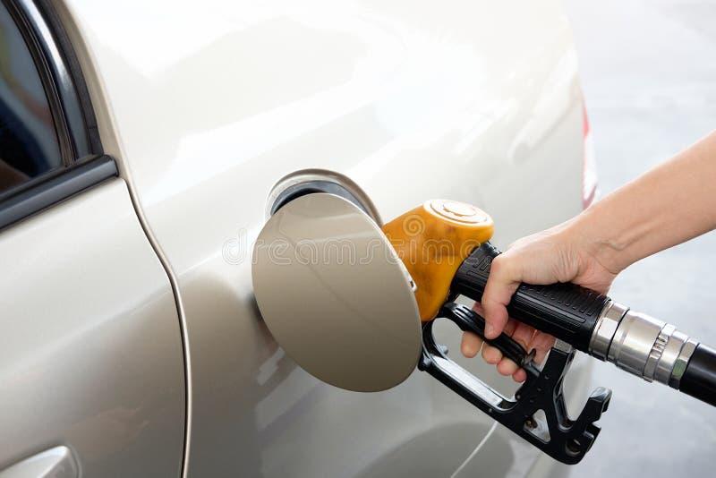Hand die de auto met brandstof opnieuw vult royalty-vrije stock afbeeldingen