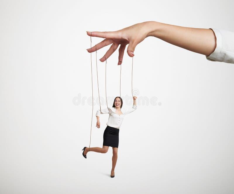 Hand die de kleine marionet manipuleren stock foto