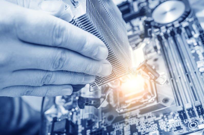Hand, die den Computer-Chip installiert lizenzfreie stockfotografie