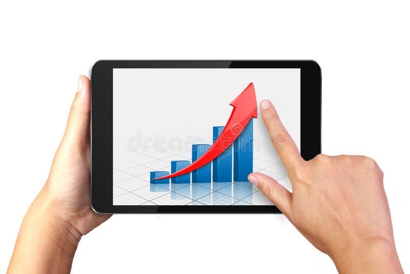 Hand die digitale tablet met bedrijfsgrafiek op vertoning houden stock afbeeldingen