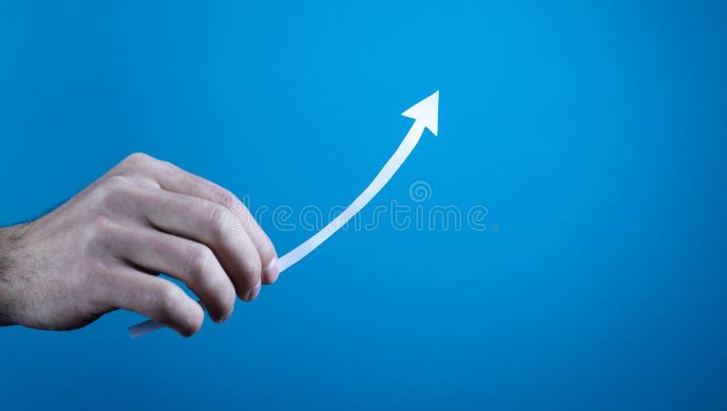 Hand die document pijl tonen Het concept van de groei stock afbeelding