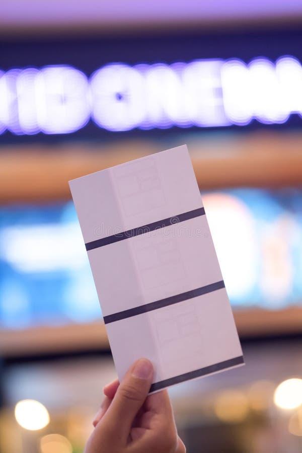Hand die drie document kaartje het boeken kaartjesconcept houden stock foto's