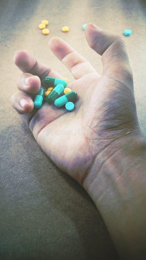 Hand, die Droge hält lizenzfreie stockfotos