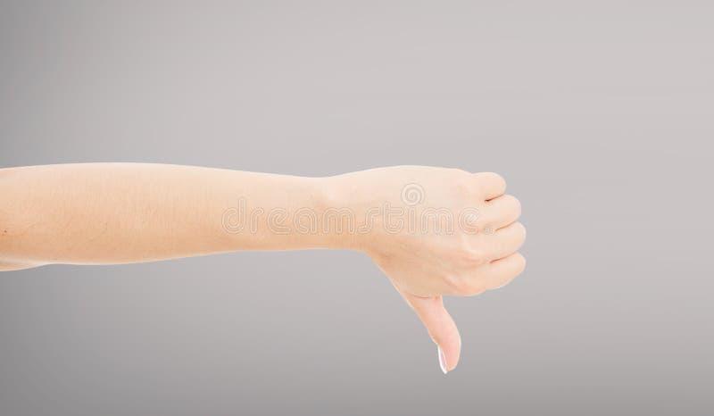 Hand die duim tonen neer, slechte afkeer, afkeuring, die thumbdown afwijzen, niet o.k. niet o.k., weigerings negatieve duim onder stock afbeeldingen