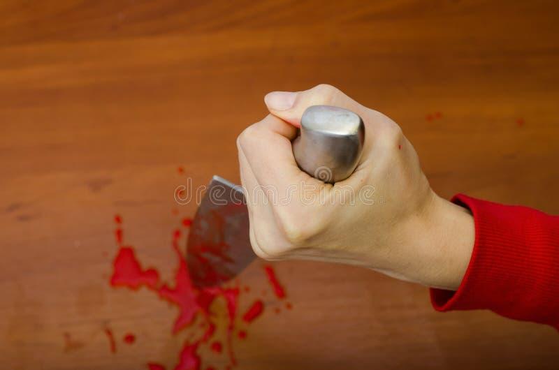 Hand die een bloedig mes houden stock foto's