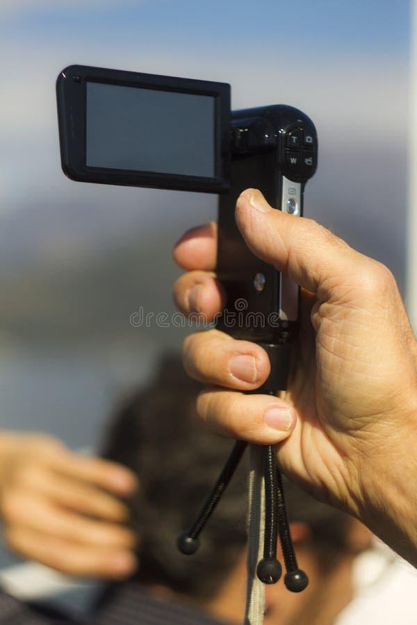 Hand die een camcorder voor sightseeingsdoeleinden houden stock foto's
