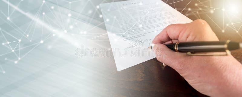 Hand die een contract, lichteffect ondertekenen stock foto