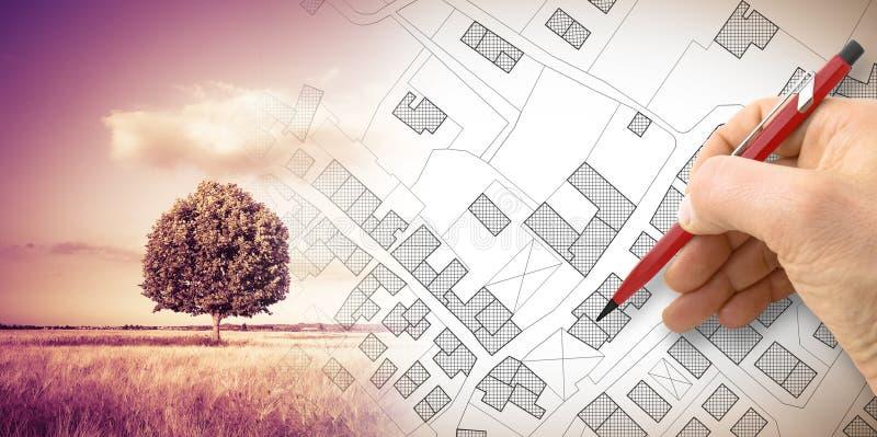 Hand die een denkbeeldige kadastrale kaart van grondgebied met een boom trekken op achtergrond stock illustratie