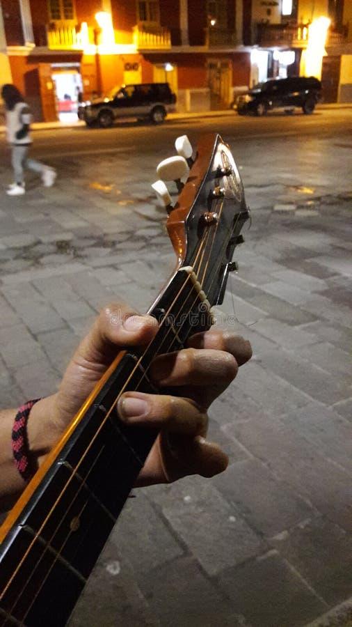 Hand die een gitaar speelt royalty-vrije stock foto's