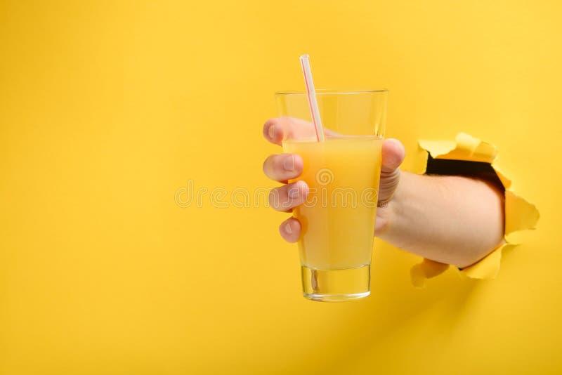 Hand die een glas geven stock fotografie