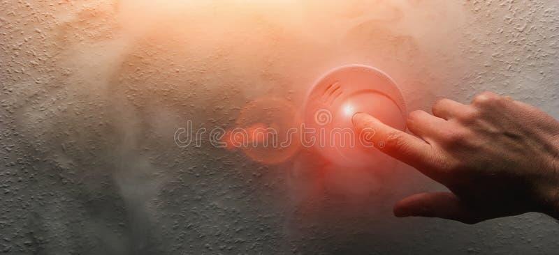 Hand die een het alarmdetector testen van de huisrook stock foto
