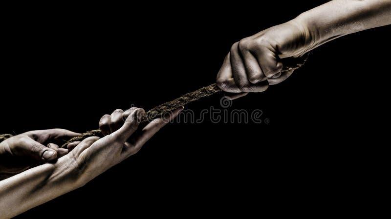 Hand die een kabel houden, die kabel, sterkte en bepaling beklimmen Redding, hulp, die gebaar of handen helpen Conflict, sleepboo royalty-vrije stock foto