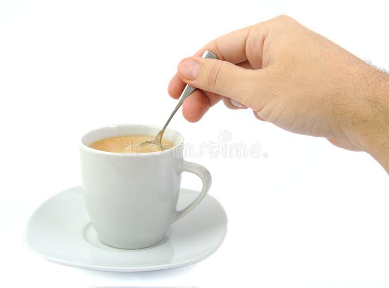 Hand die een kop van koffie bewegen stock foto's