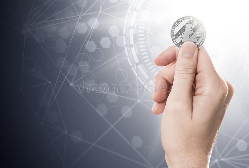 Hand die een Litecoin op een heldere achtergrond met blockchainknopen houden royalty-vrije illustratie