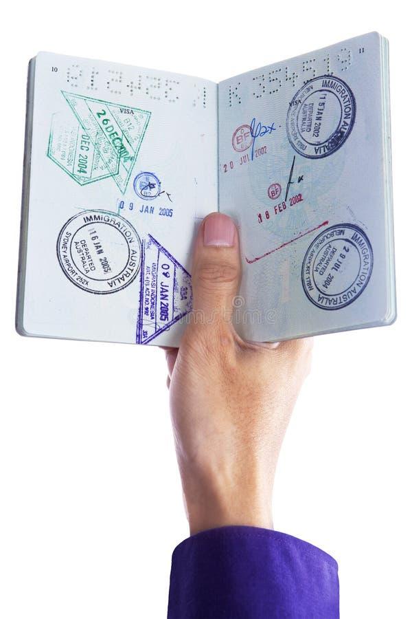 Hand die een paspoort houden stock afbeelding