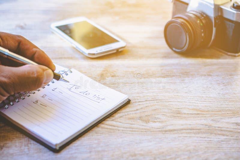 Hand die een pen en een notitieboekje houden royalty-vrije stock afbeelding