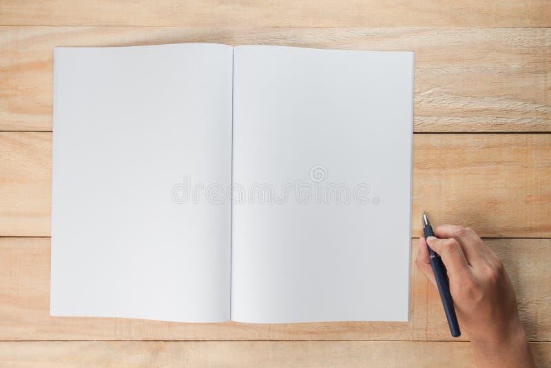 Hand die een pen met lege boek of tijdschriften houden royalty-vrije stock afbeeldingen