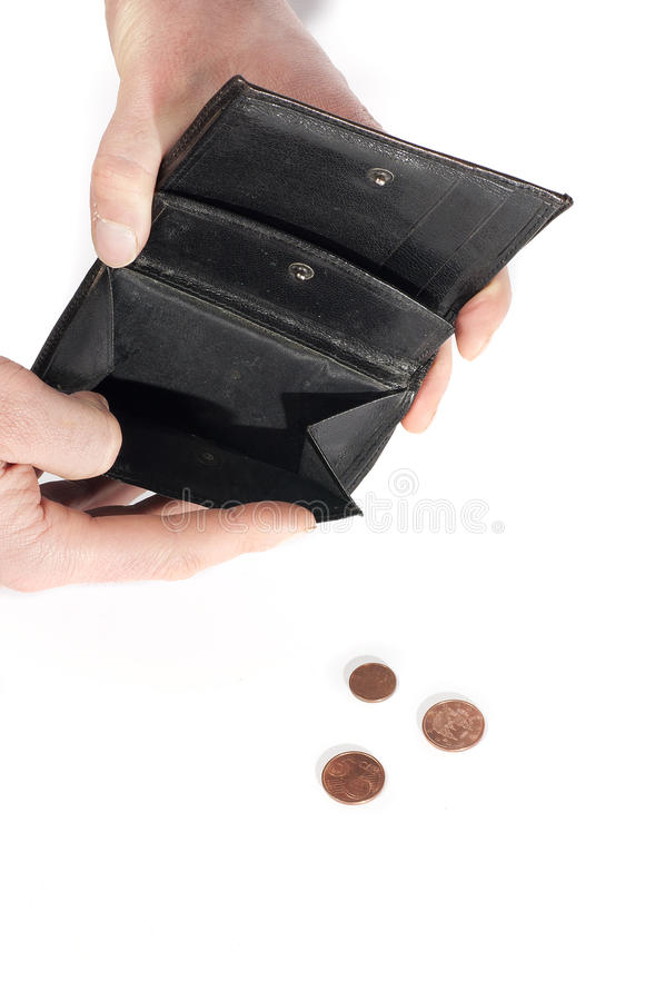 Hand die een portefeuille houdt bijna, met een paar geïsoleerder muntstukken leeg, stock foto