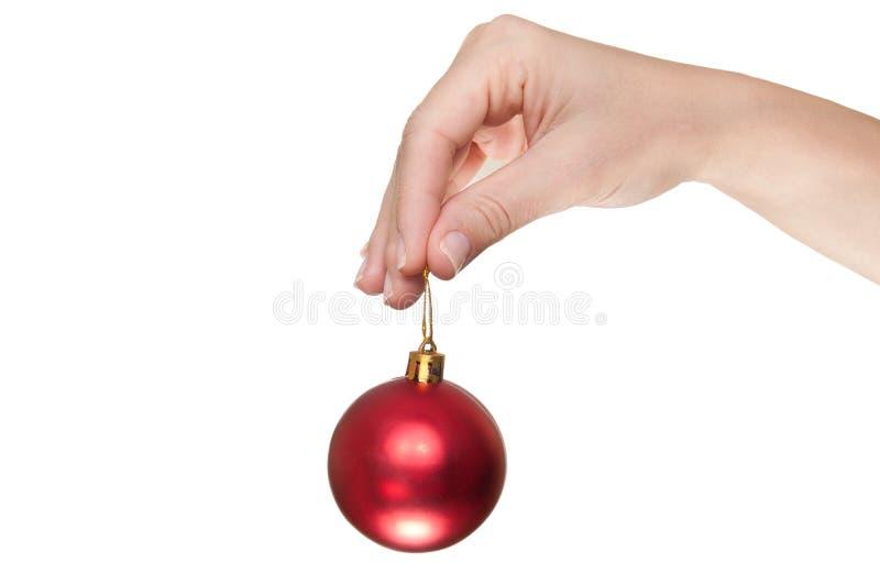 Hand Die Een Rode Kerstmisbal Houdt Royalty-vrije Stock Foto