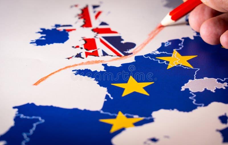 Hand die een rode lijn trekken tussen het UK en de rest van de EU, Brexit-concept stock fotografie