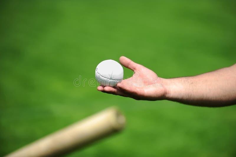 Hand die een roundersbal houden stock fotografie