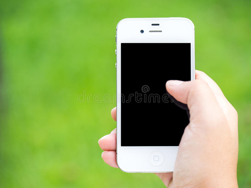 Hand die een slimme telefoon in groen met behulp van royalty-vrije stock afbeelding