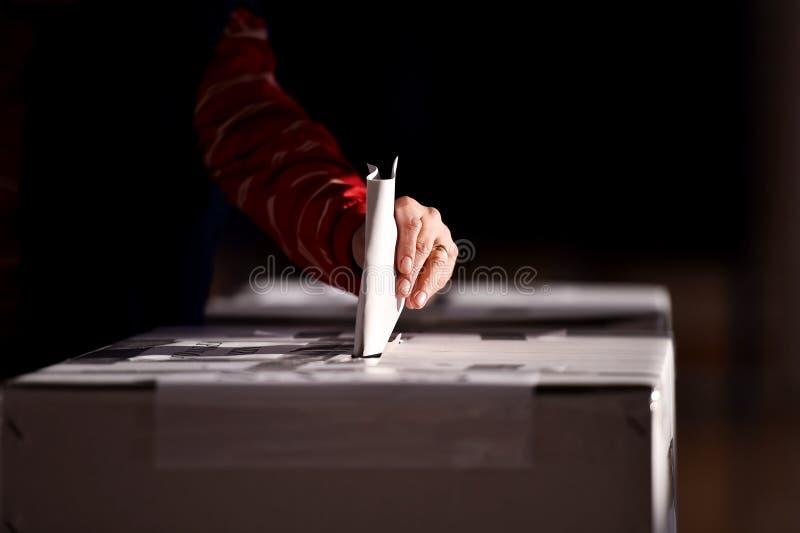 Hand die een stem uitbrengen in de stembus royalty-vrije stock foto