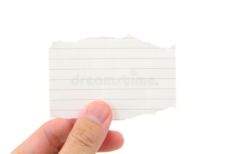 Hand die een stuk van leeg schrijfpapier houdt royalty-vrije stock afbeeldingen