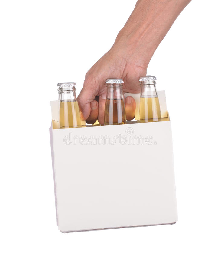 Hand die een zes pak bierflessen houdt stock fotografie