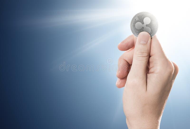 Hand die een zilveren Rimpelingsmuntstuk op een zacht aangestoken achtergrond houden royalty-vrije illustratie