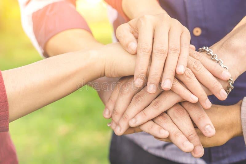 Hand die, eenheid, bedrijfsgroepswerk, vriendschap, vennootschapconcept samenhouden stock afbeelding