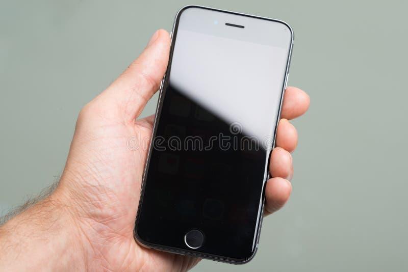 Hand, die ein Apfel iphone 6 hält stockbild