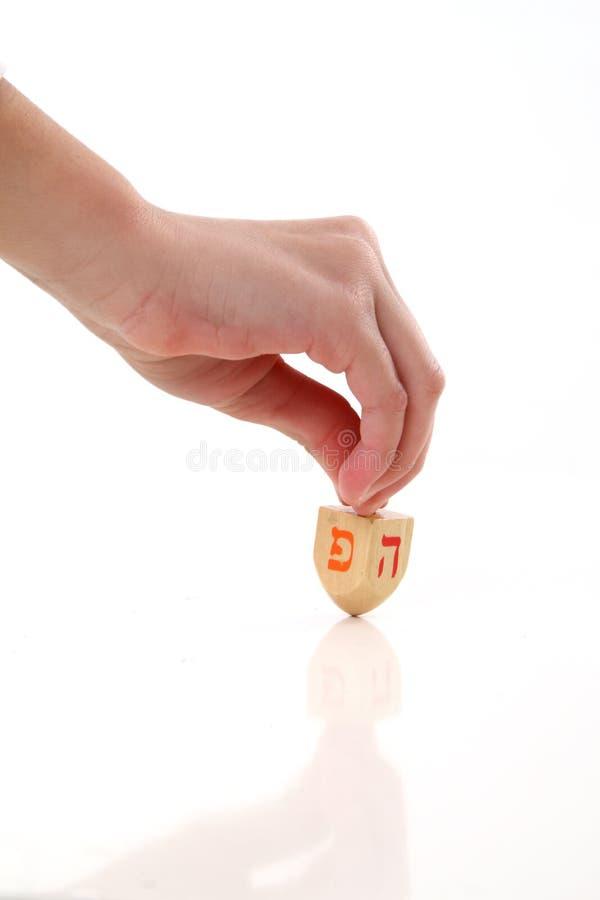 Hand, die ein dreidel spinnt stockbilder