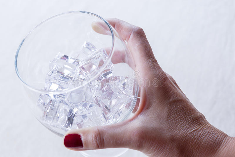 Hand, die ein Glas anhält stockbilder