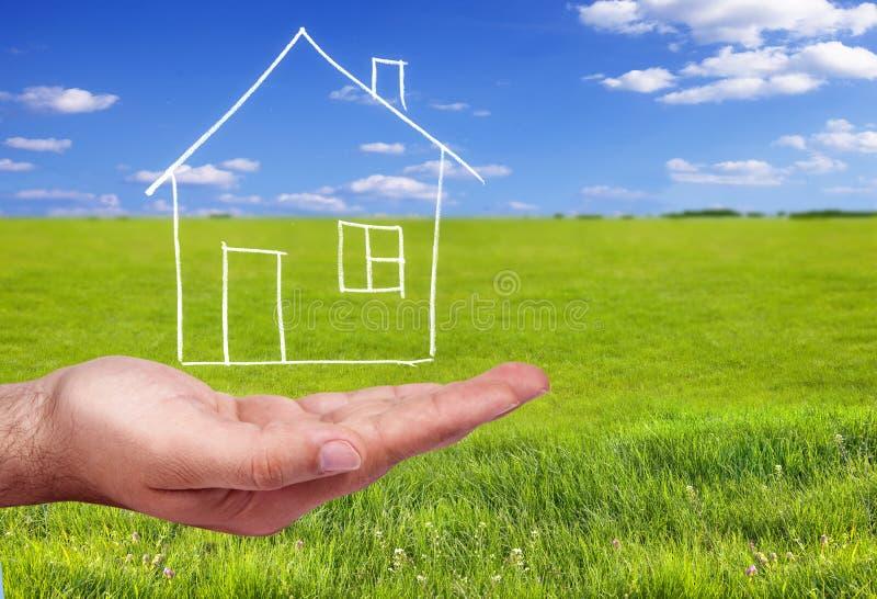 Hand, die ein Haus anhält stock abbildung