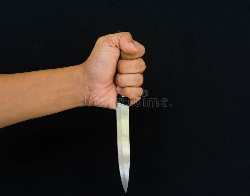 Hand, die ein Messer anhält stockbild