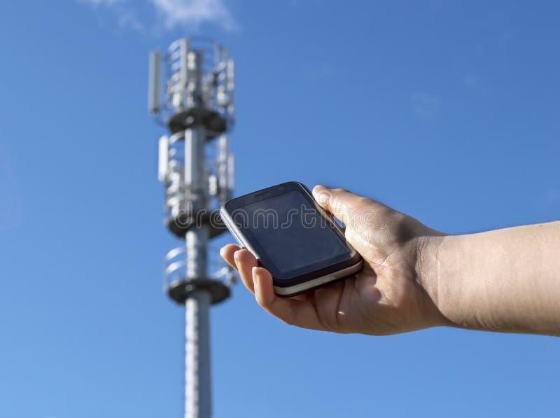 Hand, die ein Telefon zeigt lizenzfreie stockfotos