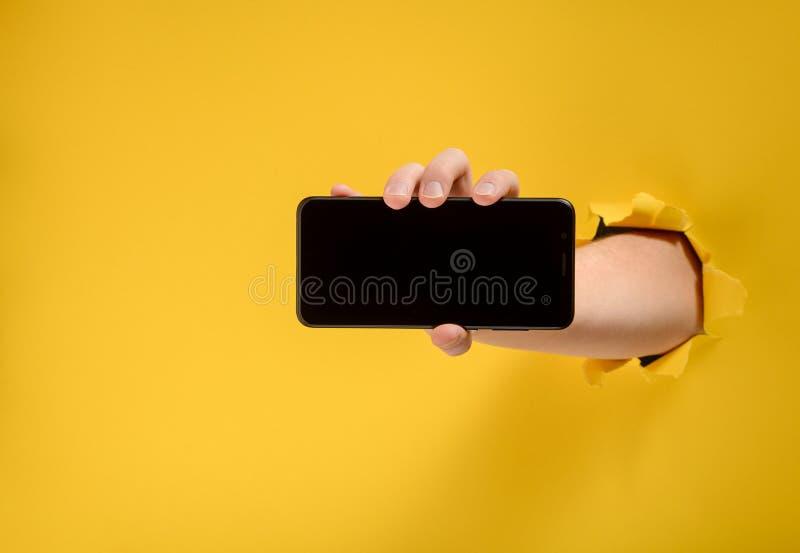 Hand, die einen Handy anhält stockbilder