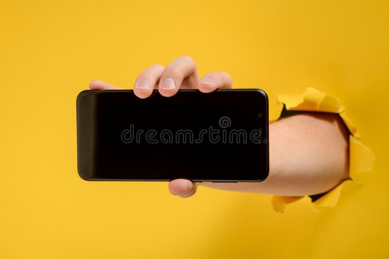 Hand, die einen leeren Bildschirm zeigt lizenzfreie stockfotos