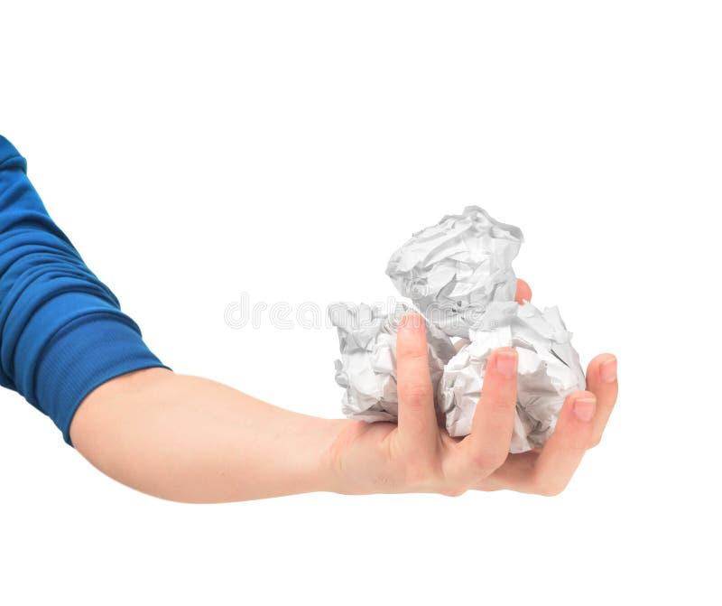 Hand, die einen zerknitterten Papierball nimmt stockbild