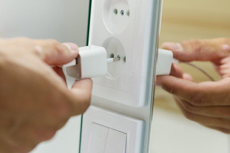 Hand die elektrostop opnemen in afzet stock fotografie