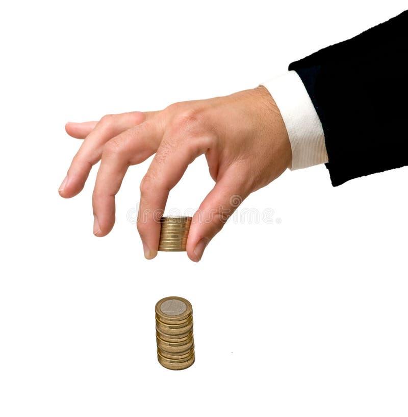Hand, die Euromünzen handhabt stockfotografie