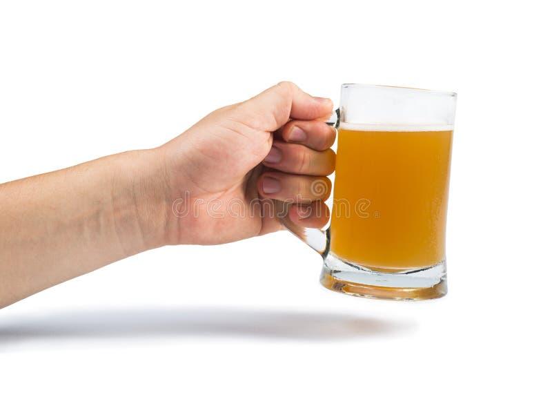 Hand, die Flasche des Bieres und des Bierkrugs hält stockfotografie