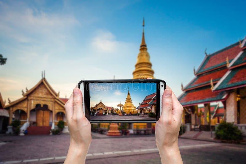 Hand die foto nemen bij Wat-phra dat hariphunchai stock foto's